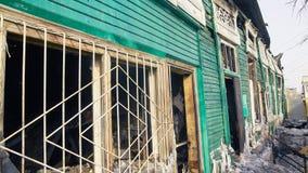 Σπίτι μετά από το έγκαυμα Ανακαίνιση οικοδόμησης στην πόλη Βιομηχανικός διακόπτης στοκ φωτογραφία