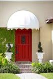 Σπίτι με μια κόκκινη πόρτα Στοκ εικόνα με δικαίωμα ελεύθερης χρήσης