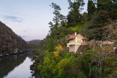 Σπίτι με μια φυσική άποψη πέρα από τον ποταμό Esk προς το φαράγγι καταρρακτών Στοκ φωτογραφία με δικαίωμα ελεύθερης χρήσης