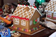 Σπίτι μελοψωμάτων Χριστουγέννων με τις πτώσεις γόμμας Στοκ Εικόνες