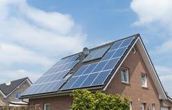 Σπίτι με τα ηλιακά πλαίσια Στοκ εικόνες με δικαίωμα ελεύθερης χρήσης
