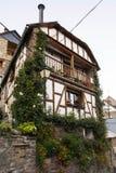 Σπίτι με τα μπαλκόνια και τα λουλούδια Στοκ φωτογραφία με δικαίωμα ελεύθερης χρήσης