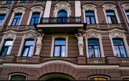 σπίτι με τα μπλε παράθυρα και τις στρογγυλευμένες αψίδες Στοκ Φωτογραφίες