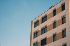 Σπίτι με τα παραθυρόφυλλα Στοκ φωτογραφία με δικαίωμα ελεύθερης χρήσης