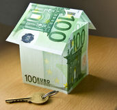 σπίτι με τα χρήματα των ευρώ σεντ Στοκ Εικόνες