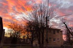 Σπίτι με τα χρωματισμένα σύννεφα ανωτέρω Στοκ φωτογραφίες με δικαίωμα ελεύθερης χρήσης
