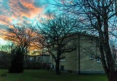 Σπίτι με τα χρωματισμένα σύννεφα ανωτέρω Στοκ Εικόνα
