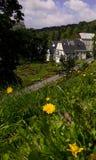 σπίτι με τα flowerbeds στοκ εικόνες