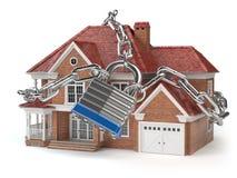 Σπίτι με την αλυσίδα και την κλειδαριά βασική ασφάλεια έννοιας στοκ εικόνα