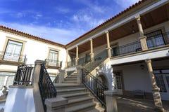 Σπίτι με τη βεράντα και τη σκάλα Στοκ φωτογραφία με δικαίωμα ελεύθερης χρήσης