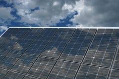 Σπίτι με τη ηλιακή ενέργεια για να κάνει τα χρήματα στοκ φωτογραφίες με δικαίωμα ελεύθερης χρήσης