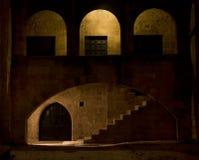 Σπίτι με τις αψίδες και τα σκαλοπάτια Στοκ εικόνα με δικαίωμα ελεύθερης χρήσης