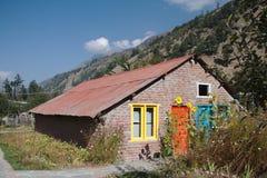 Σπίτι με τις ζωηρόχρωμα πόρτες και τα παράθυρα Στοκ εικόνα με δικαίωμα ελεύθερης χρήσης