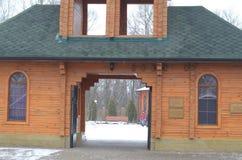 Σπίτι με τις πύλες Στοκ φωτογραφίες με δικαίωμα ελεύθερης χρήσης
