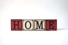 Σπίτι με τους εκλεκτής ποιότητας κύβους στο λευκό στοκ φωτογραφία με δικαίωμα ελεύθερης χρήσης