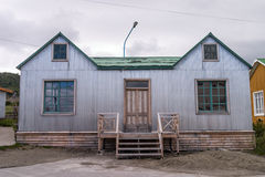 Σπίτι με το ζαρωμένο τοίχο μετάλλων Στοκ φωτογραφία με δικαίωμα ελεύθερης χρήσης