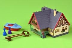 Σπίτι με το κλειδί στο πράσινο υπόβαθρο Στοκ φωτογραφίες με δικαίωμα ελεύθερης χρήσης