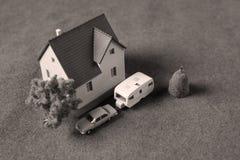 Σπίτι με το τροχόσπιτο και το αυτοκίνητο στοκ εικόνα με δικαίωμα ελεύθερης χρήσης