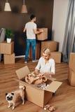 σπίτι νέο Άνδρας και γυναίκα με τα κιβώτια Στοκ Εικόνες