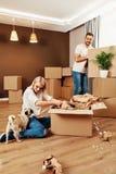 σπίτι νέο Άνδρας και γυναίκα με τα κιβώτια Στοκ εικόνες με δικαίωμα ελεύθερης χρήσης