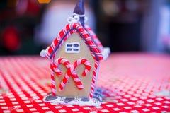 Σπίτι νεράιδων μελοψωμάτων που διακοσμείται με ζωηρόχρωμο Στοκ φωτογραφία με δικαίωμα ελεύθερης χρήσης