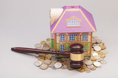 Σπίτι, νομίσματα και gavel κτήμα έννοιας πραγματικό Στοκ φωτογραφία με δικαίωμα ελεύθερης χρήσης