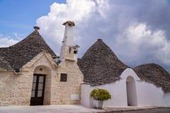 Σπίτι οδών μπροστινό και στέγες πετρών σε Alberobello, Ιταλία Στοκ Εικόνα