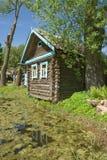 σπίτι πέρα από το χωριό λιμνών Στοκ φωτογραφίες με δικαίωμα ελεύθερης χρήσης