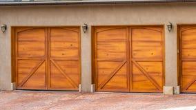 Σπίτι πανοράματος εξωτερικό με την γκρίζα και άσπρη στέγη και τις μοντέρνες ξύλινες πόρτες γκαράζ στοκ εικόνες