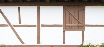 Σπίτι πλαισίων με τον μισό-εφοδιασμένο με ξύλα άσπρο τοίχο και τις καφετιές ακτίνες Στοκ εικόνα με δικαίωμα ελεύθερης χρήσης