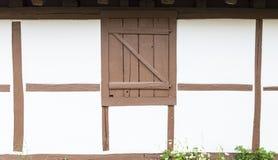 Σπίτι πλαισίων με τον μισό-εφοδιασμένο με ξύλα άσπρο τοίχο και τις καφετιές ακτίνες Στοκ φωτογραφία με δικαίωμα ελεύθερης χρήσης