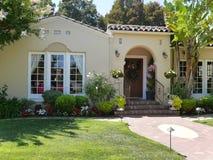 Σπίτι πολυτέλειας με τα μεγάλα άσπρα παράθυρα στοκ φωτογραφίες