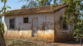 Σπίτι πολύ απλό και που φροντίζεται κακώς για ένα φτωχό αγρόκτημα στη Βραζιλία στοκ εικόνες