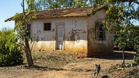 Σπίτι πολύ απλό και που φροντίζεται κακώς για ένα φτωχό αγρόκτημα στη Βραζιλία στοκ εικόνα με δικαίωμα ελεύθερης χρήσης