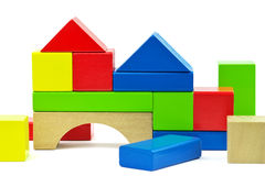 Σπίτι που γίνεται από τις ξύλινες ζωηρόχρωμες δομικές μονάδες παιχνιδιών Στοκ φωτογραφία με δικαίωμα ελεύθερης χρήσης
