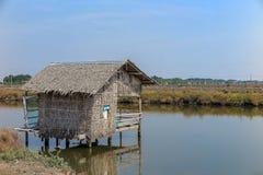 Σπίτι που γίνεται από το φύλλο napa στη λίμνη Στοκ φωτογραφίες με δικαίωμα ελεύθερης χρήσης