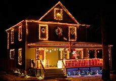 Σπίτι που διακοσμείται με τα φω'τα Χριστουγέννων στην αγροτική γειτονιά στοκ εικόνα με δικαίωμα ελεύθερης χρήσης