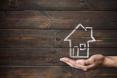 Σπίτι που επισύρεται την προσοχή στους ξύλινους πίνακες Σχεδιασμός με την κιμωλία και το αρσενικό χέρι στοκ φωτογραφία με δικαίωμα ελεύθερης χρήσης