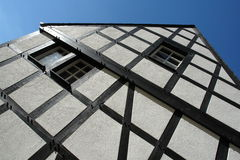 σπίτι που εφοδιάζεται με ξύλα μισό Στοκ φωτογραφίες με δικαίωμα ελεύθερης χρήσης