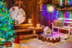 Σπίτι που διακοσμείται και αναμμένο για τα Χριστούγεννα, νέα Στοκ Φωτογραφία