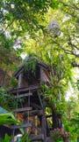Σπίτι πουλιών και ένα σπίτι δέντρων Στοκ φωτογραφίες με δικαίωμα ελεύθερης χρήσης