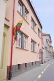 Σπίτι που κρεμά τη εθνική σημαία Στοκ εικόνες με δικαίωμα ελεύθερης χρήσης