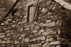 Σπίτι που χτίζεται παλαιό της πέτρας στο τοπίο Στοκ εικόνες με δικαίωμα ελεύθερης χρήσης