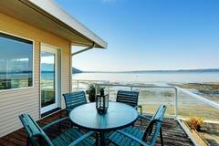 Σπίτι πολυτέλειας με τη ρομαντική περιοχή patio στη γέφυρα απεργίας overlookin Στοκ Εικόνες