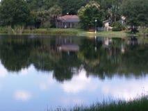 Σπίτι προκυμαιών από τη λίμνη καθρεφτών στοκ φωτογραφία με δικαίωμα ελεύθερης χρήσης