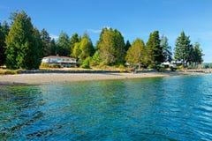 Σπίτι προκυμαιών στα βορειοδυτικά με το νερό και την παραλία πτώσης στοκ φωτογραφία με δικαίωμα ελεύθερης χρήσης