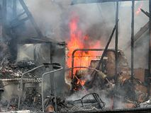 σπίτι πυρκαγιάς εναντίον Στοκ Φωτογραφίες
