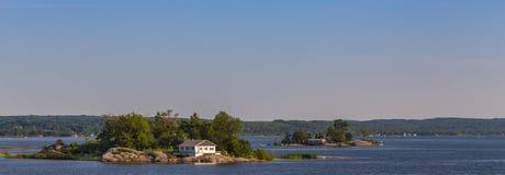 Σπίτι σε ένα νησί σε έναν κόλπο στοκ φωτογραφία με δικαίωμα ελεύθερης χρήσης