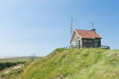 Σπίτι σημάτων πάνω από τον αμμόλοφο Στοκ Εικόνα