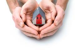 Σπίτι στα ανθρώπινα χέρια στοκ εικόνες
